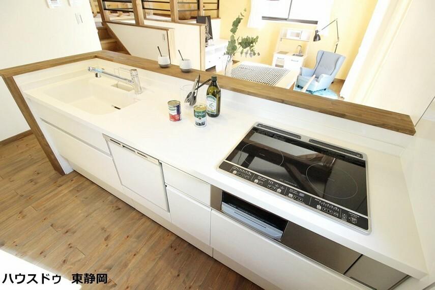 キッチン リビングが見えるキッチンは家事をしながらお子さまと会話もできる。シンクやコンロカウンターにゆとりがあって家事もはかどる。嬉しい食洗器付き