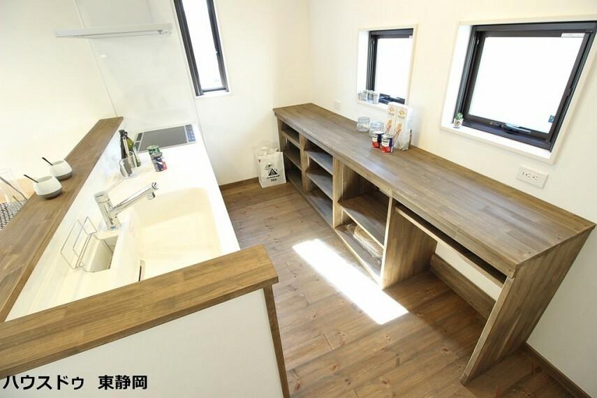 キッチン 大工さんが手作りで造成した拘りのキッチンカウンター。作業スペースが広いのも嬉しいですね