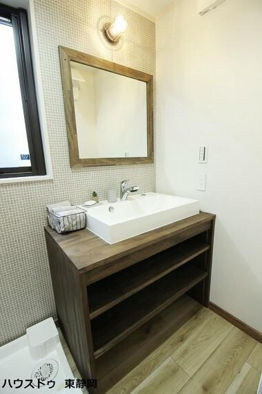 洗面化粧台 タイル調の壁紙が可愛らしい洗面所。木の雰囲気がお洒落な洗面台ですね