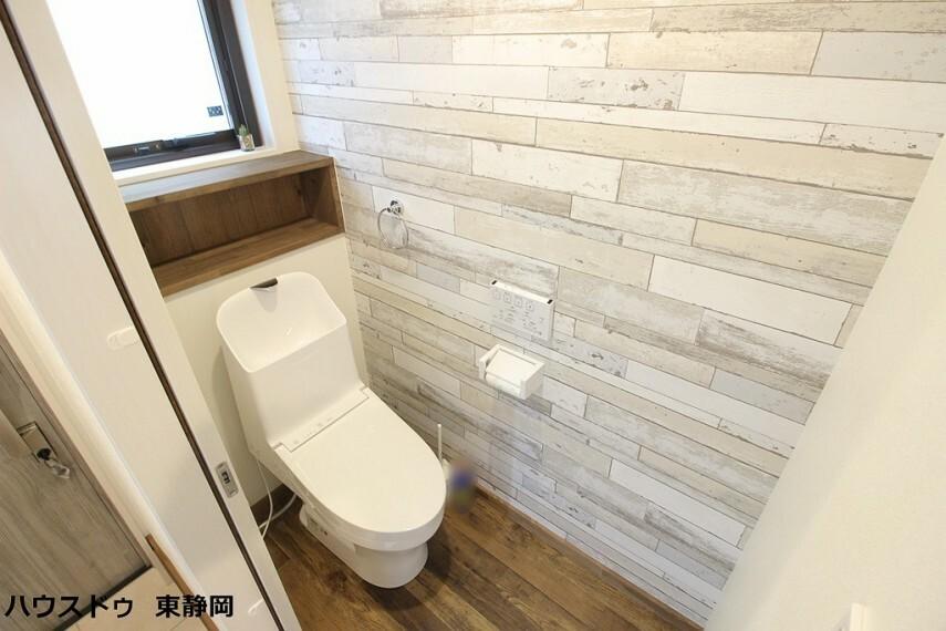 トイレ トイレには戸棚を設けており、トイレットペーパーのストックや替えのタオルなどの収納にお使い頂けます。