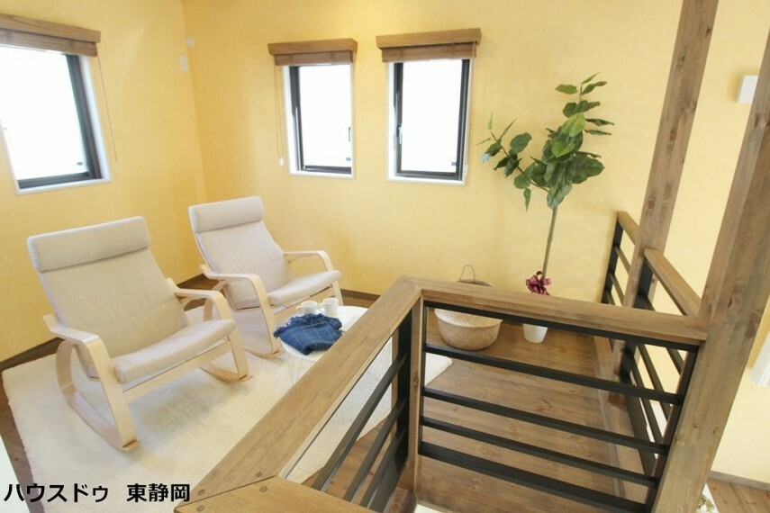 洋室 7帖洋室。お子様の遊び場、ワークスペースと多目的にお使い頂けます。