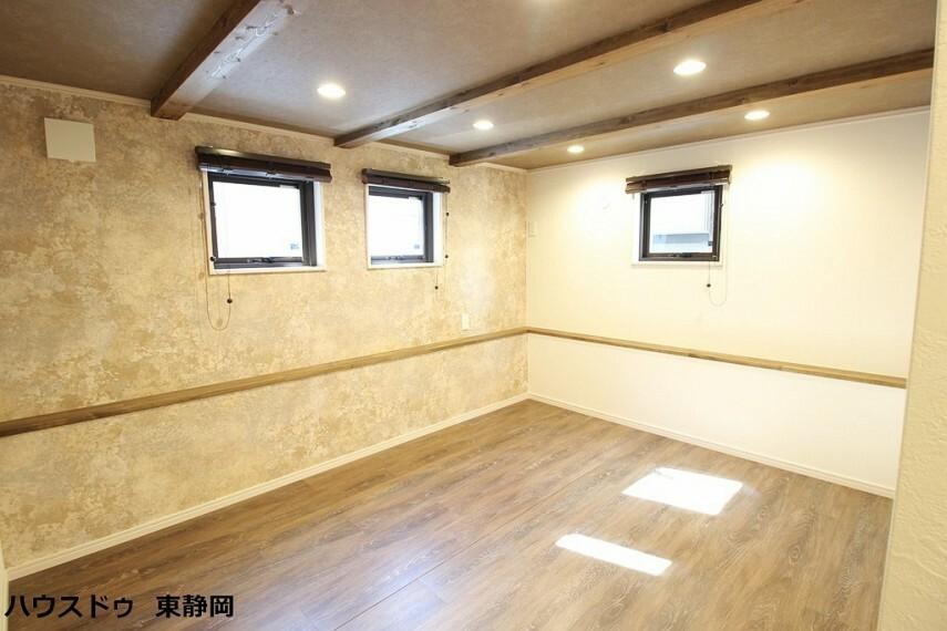 洋室 1階7帖洋室。こちらも天井や壁紙に拘ったお洒落な洋室です。