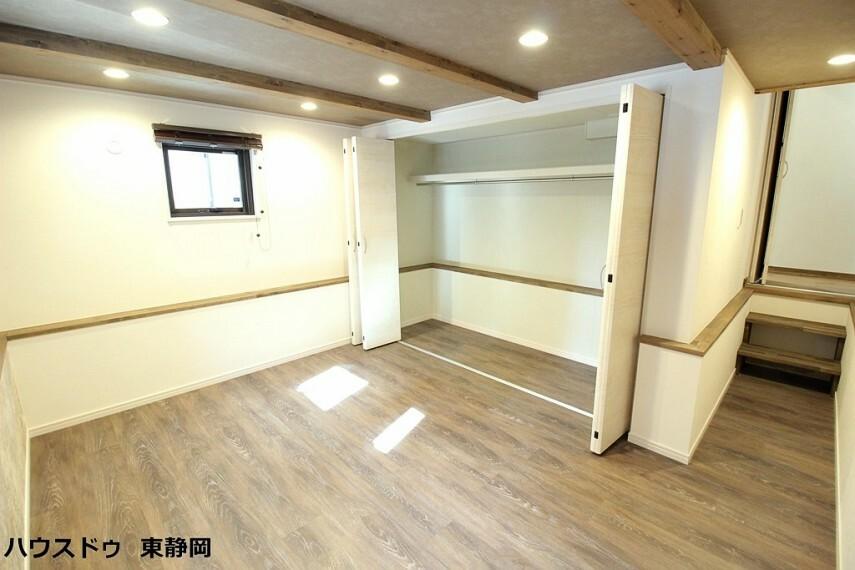 洋室 1階7帖洋室。1階フロアから1段下がった通路を通って、まるで秘密基地の様な作りがワクワクします
