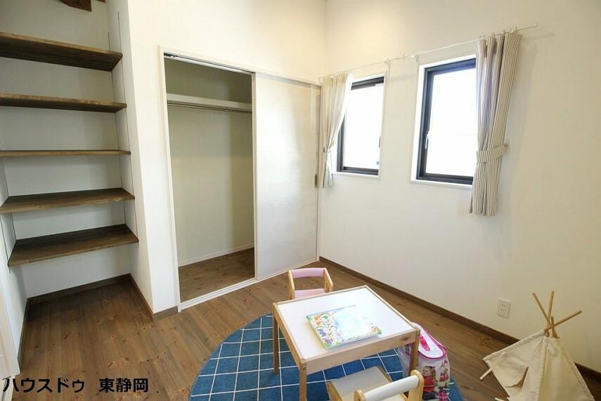 洋室 2階の5.5帖洋室。成長しても使えるお部屋。勉強やお友達の訪問の際もお部屋があると嬉しいですね。