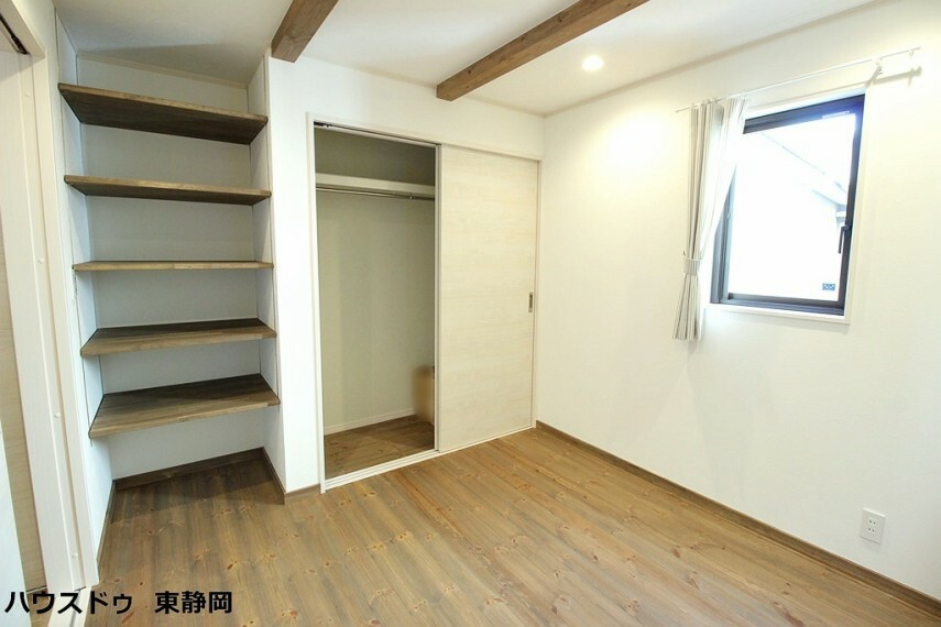 洋室 1階の5.5帖洋室。クローゼットと備え付けの棚があるので、収納もたくさん出来てスッキリしますね