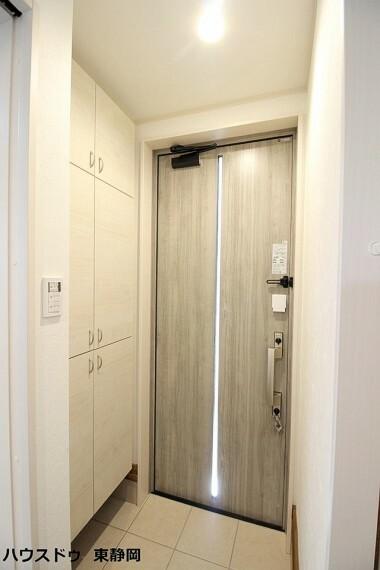 玄関 玄関には下駄箱がついています。靴なども下駄箱に収納してスッキリとした玄関を保てます。