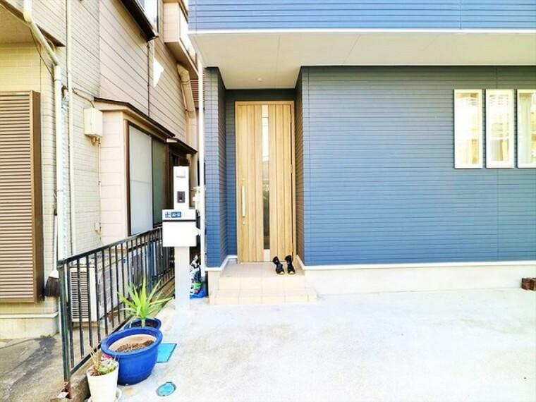 玄関 ゲストを迎える優しい木目の明るい玄関。青い外壁とのコントラストも素敵です!