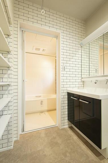 同仕様写真(内観) ご家族そろって身支度可能なゆとりの洗面台には、ノズルが伸びるシャワー付き蛇口のシャンプードレッサーとスッキリ収納の3面鏡付ですよ。