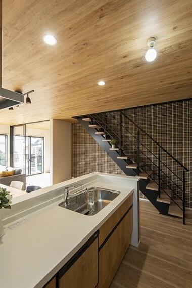 同仕様写真(内観) ご家族みんながゆったりくつろげる広々リビング。全居室、複層ガラスの遮熱効果と断熱効果で、一年中快適に過ごせます。