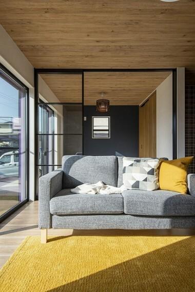 同仕様写真(内観) 22帖のLDKは、窓からの採光が明るく、ご家族揃って心身ともにくつろげる空間。風通しも良く、夏は涼しく冬は暖かいオウチになりますよ。