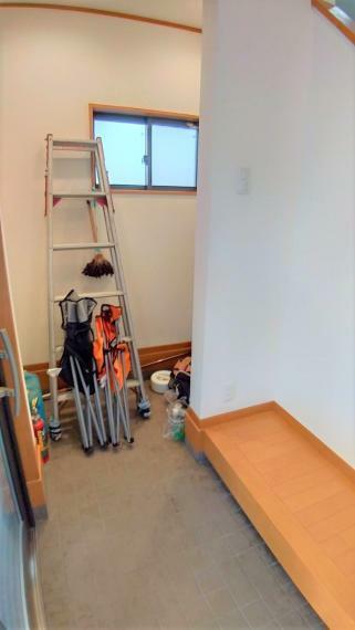 玄関 土間続きの玄関収納には、ベビーカーやキャリーの収納に便利!画像のように高さのあるハシゴも収納でき、とても重宝しそうです。