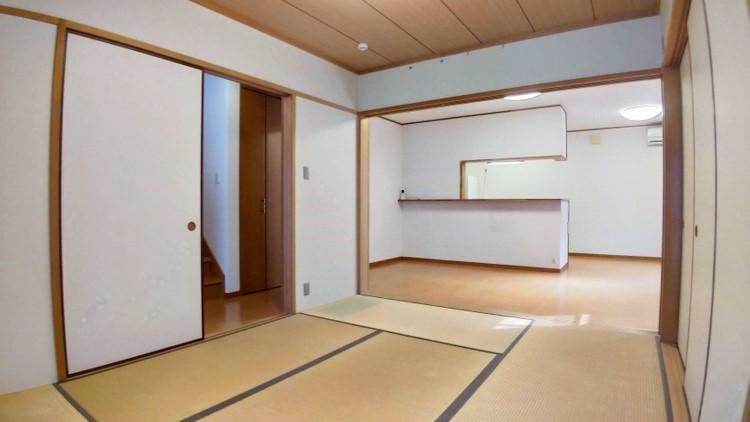 和室 玄関からも入れる2WAYな和室。ソファがあっても床でゴロゴロしちゃうという方は、柔らかな畳の和室リビングがやっぱりオススメ! ベビー・キッズスペースとしても便利です。
