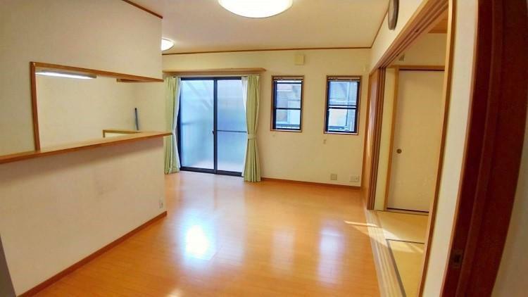 居間・リビング ダイニングテーブルをキッチンの横へ、和室の手前をリビングとしても十分な広さですね。