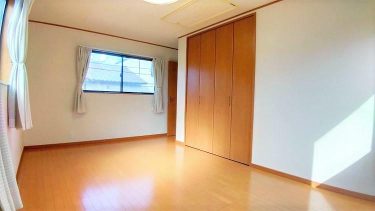 洋室 洋室9帖。天井までしっかり収納できる大容量クローゼット付で、収納家具不要でお部屋を広々ご使用いただけます。