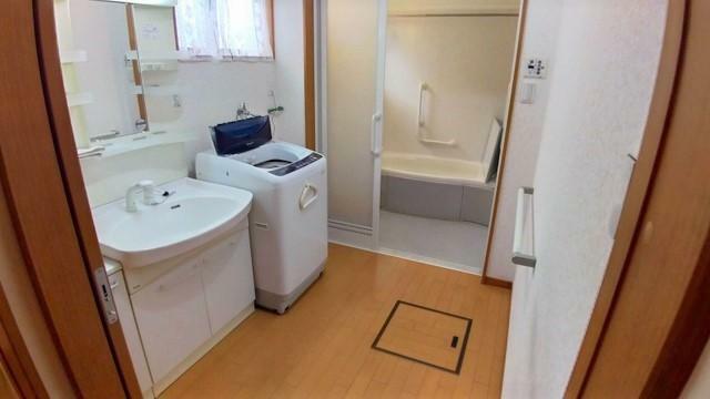 ランドリースペース ゆったり幅だから、男性でも脱衣動作がストレスフリーな洗面室です。