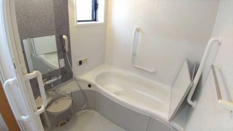 浴室 メーターモジュール設計のお風呂は通常よりも広々。 お風呂動作を考えた手すり設置済で、安全で快適なバスタイムを楽しめます。