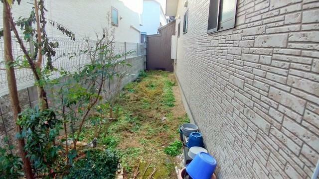 外観写真 隣地までゆったりと距離のある敷地。ちょっとした家庭菜園も楽しめそうです。