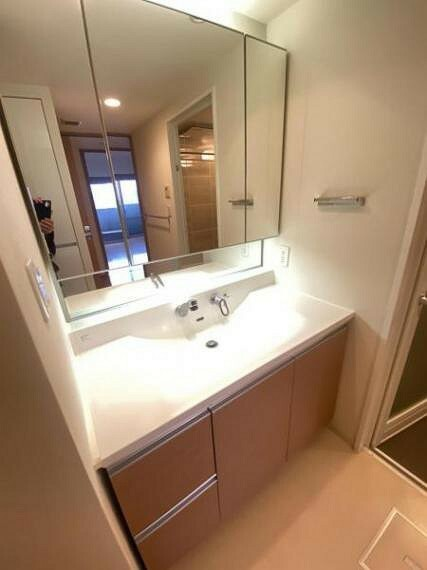 洗面化粧台 洗面化粧台。 壁一面鏡となっており、朝の支度も楽々ですね。