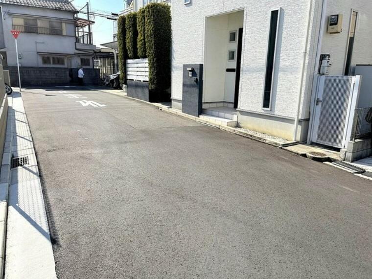 現況写真 前面道路は約5.0mもあり、駐車もラクラクで広い道路は気持ちいいですね。
