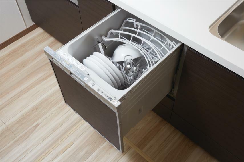 コンパクト食器洗い乾燥機 場所も取らないビルトイン型の食器洗い乾燥機を標準装備しています。パワフルな洗浄力で頑固な汚れもしっかり落とします。