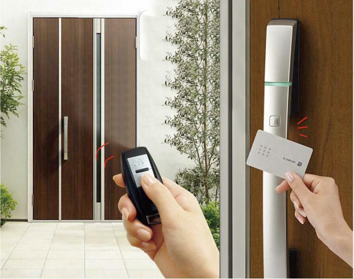 スマート電気錠 リモコン+カードで開閉可能なスマート電気錠。リモコンを持っていれば、ハンドルのボタンを押すだけで、上下2つのカギを一度に開け閉め。離れたところからリモコン操作もできます。※imagephoto