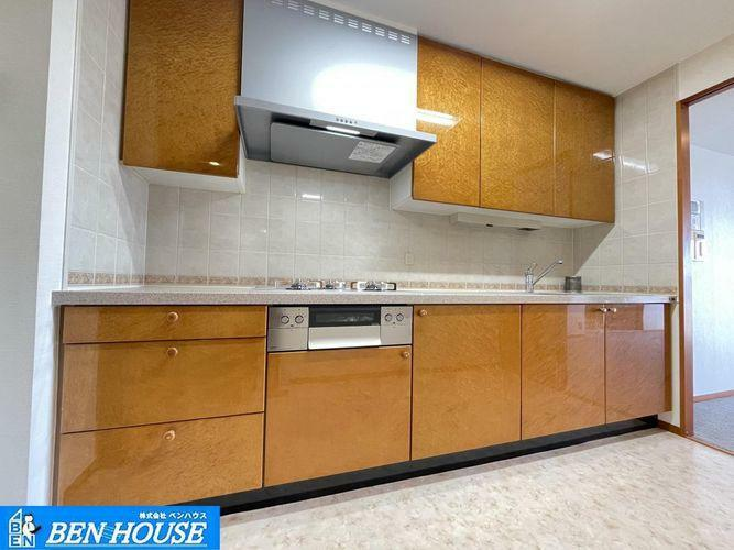 キッチン ・キッチンはゆったりとしたスペースがございますので、ご家族とお料理を愉しむことができますね・シンク下だけでなく、吊戸棚も設置ございますので、キッチン周りをスッキリと利用できますね。