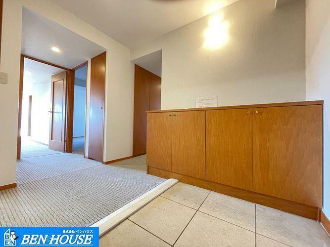玄関 ・玄関スペースがゆったりしておりバリアフリー仕様・廊下にも収納が設けられ、お掃除道具などの収納に大変重宝します・現地へのご案内はいつでも可能です・住宅ローンのご相談も賜ります