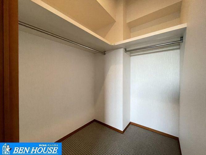 収納 ウォークインクローゼット(洋室10.3帖)・各居室収納完備でどちらのお部屋もスッキリと利用できますね・100平米を超える大型間取りプランのお部屋です・現地へのご案内はいつでも可能です