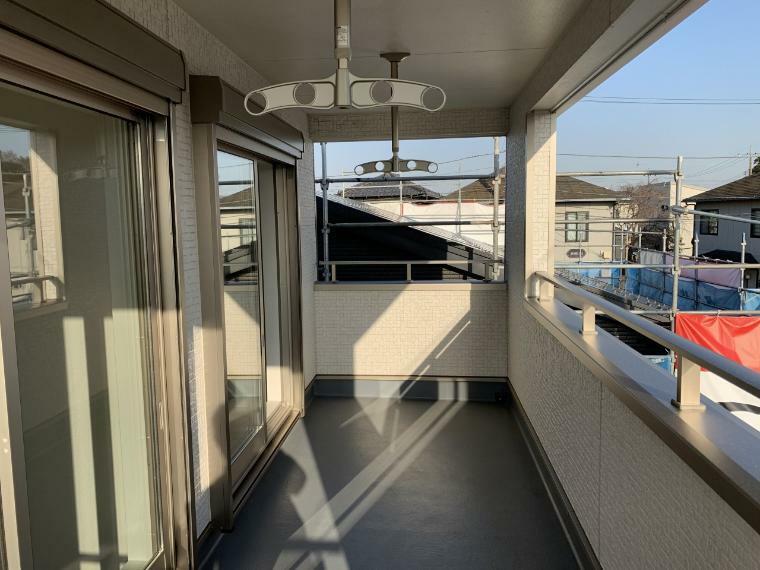 バルコニー 広いバルコニーは南向き 屋根があるので仕事の日の怪しい天気の洗濯も安心です