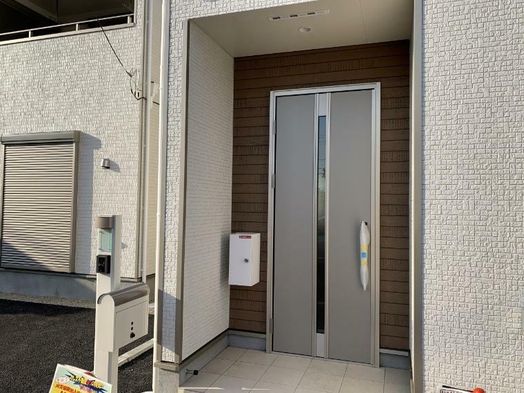 玄関 電子キー対応の玄関扉でピッキングの危険を避けることができ、鍵のコピー作成の予防ができて安心