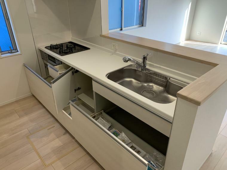 キッチン キッチンの収納も充実 スライド式で奥まで使えるので大きな鍋も楽々出し入れできます