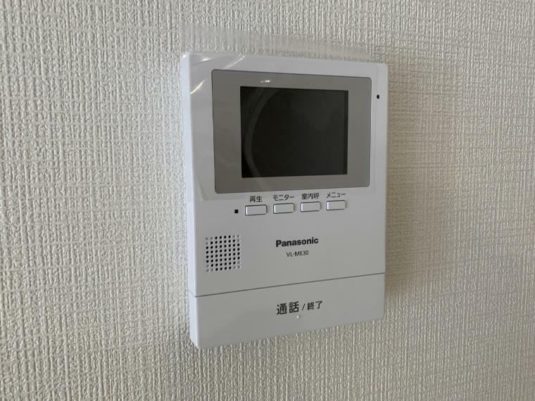 TVモニター付きインターフォン 遅い時間にお客様?TVモニター付インターホンなら確認できるので安心ですね