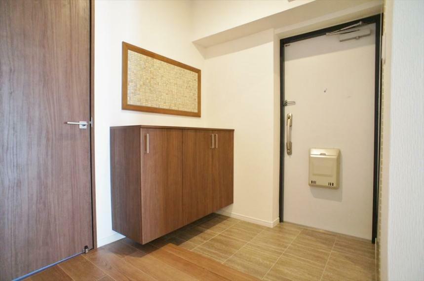 玄関 玄関の三和土部分も広々していて、まさに帰りたくなる家です!お部屋全体にもしっかりと統一感があるリノベーションで、細部にまでこだわっていらっしゃいます!是非現地をご覧ください!