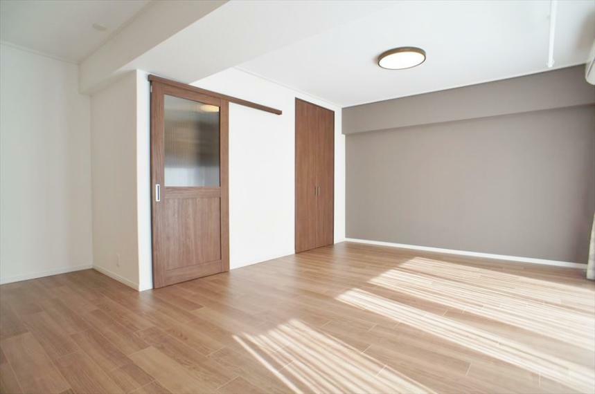 居間・リビング LDKは約21.7帖の大空間!!もともと3LDKだったお部屋を1LDKに大改造しました!ゆったり広々とした空間でくつろぎたい方におすすめのお部屋です!南向きですので採光も良好です!