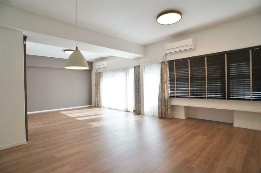 居間・リビング 2019年に大規模リノベーション済で、非常にきれいな室内です!約21.7帖のリビングは家具を置いてもゆったりくつろげるスペースです!大きなリビングにはやはり憧れます!