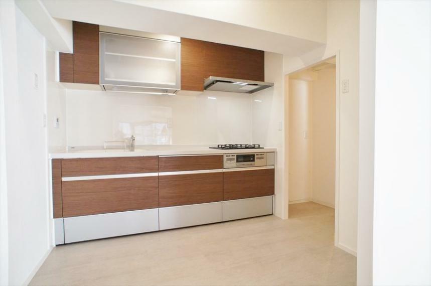 キッチン システムキッチンはダウンウォール式の食洗器があります!シンクの真上にありますので、食器洗いのかごなどを置かずにスタイリッシュですっきりしたキッチンを保てます!