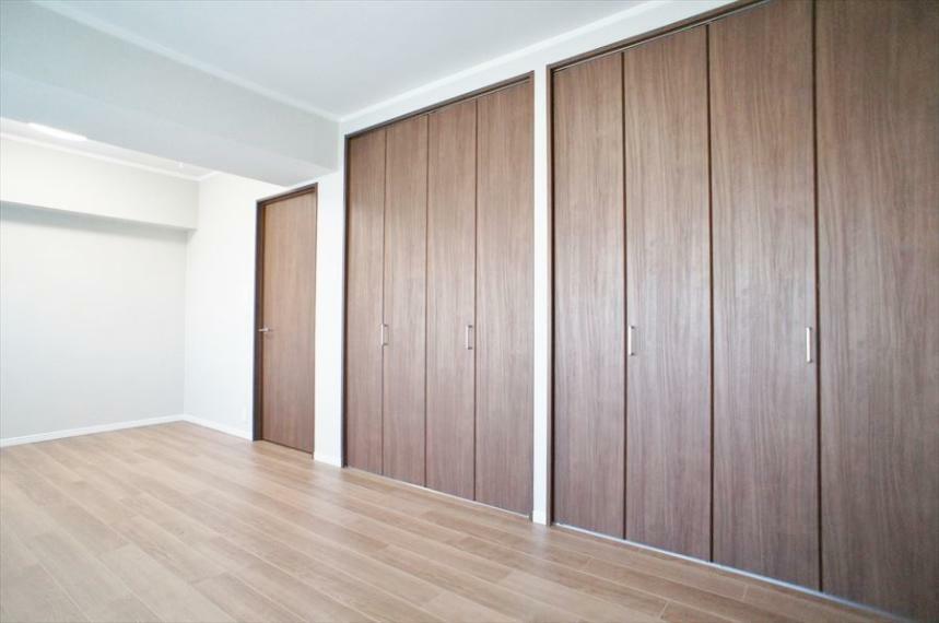 収納 洋室10帖のお部屋には、床から天井までの高さのあるしっかりとした容量の収納があります。大容量なので、お部屋はすっきり片付きそうですね!