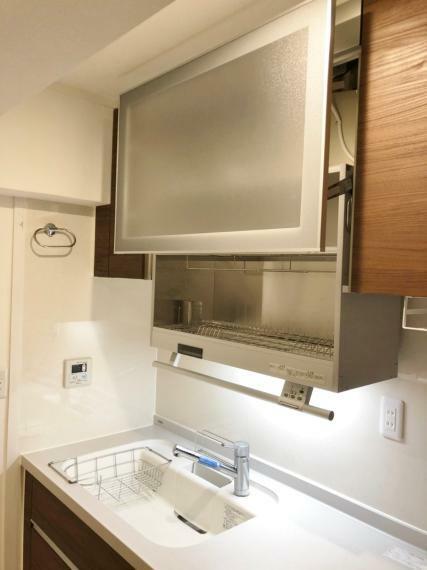 キッチン システムキッチン上部にはダウンウォール式の食器洗浄乾燥機が完備!!シンクの上にすぐ食洗器があるので、サッと入れるだけなので使いやすいですよ!