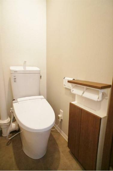 トイレ 室内は2019年11月に前面リノベーション済で非常にきれいです!トイレも交換済みですよ!ちょっとした収納とペーパーホルダー2個付きです!