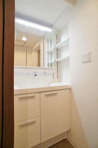 洗面化粧台 洗面台も2019年11月に交換済みです!三面鏡収納の他に、サイドの壁にも棚が設けられていますので、細々したものが多い洗面廻りもすっきり整頓出来ますよ!