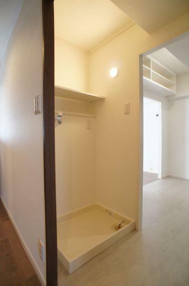 ランドリースペース 洗濯機置き場はキッチンの背面側にあります!家事動線が良く、使いやすいですよ!上部には棚もありますので、洗剤等もきれいに収納出来ます!