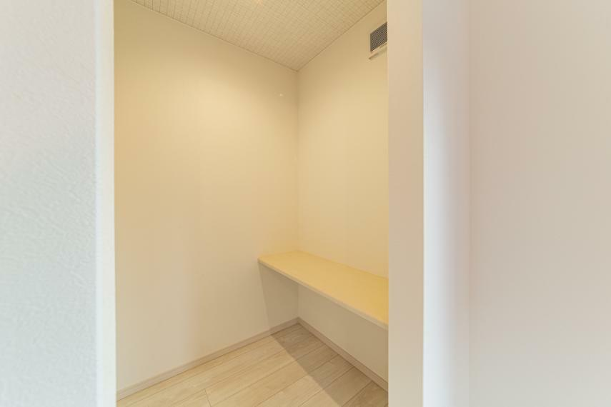 リモートワークにも使える書斎の天井には吸音材を施してあります!