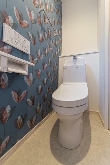 トイレ ワンポイントにアクセントクロスを採用