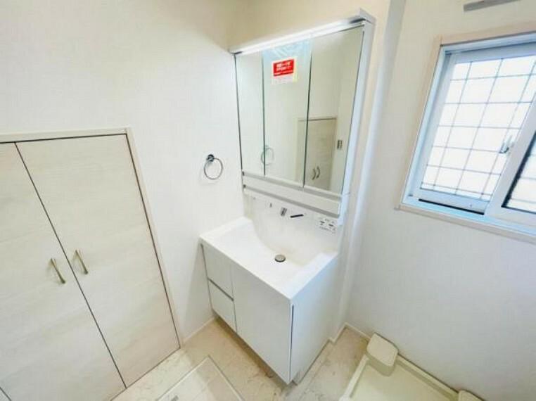 洗面化粧台 (洗面台)鏡後ろは収納になっており収納力ばっちりです!