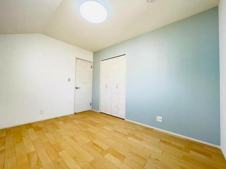子供部屋 (洋室)水色のアクセントクロスが可愛らしい室内!