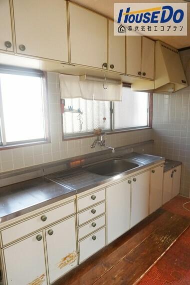 キッチン 壁付けキッチンで、 お部屋のスペースを無駄なく活用できます  集中してお料理できますね! サイズと動線は実際に確認してください  収納もあるので、今のお家と比べてください!