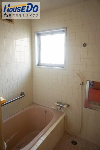 浴室 大きな窓があるので、換気もばっちり! 圧迫感がなく明るく開放的になるので、お風呂好きさんにはもってこいです  手すり付きで、転倒防止にもなりますね