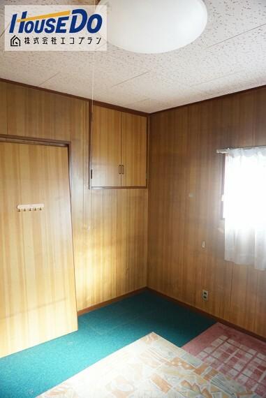 洋室 2階は4.5帖のお部屋が2つあります  納戸のような使い方をしても良いですね! 季節ごとやイベントごとに使う使用頻度の低いものの収納にぴったりです!