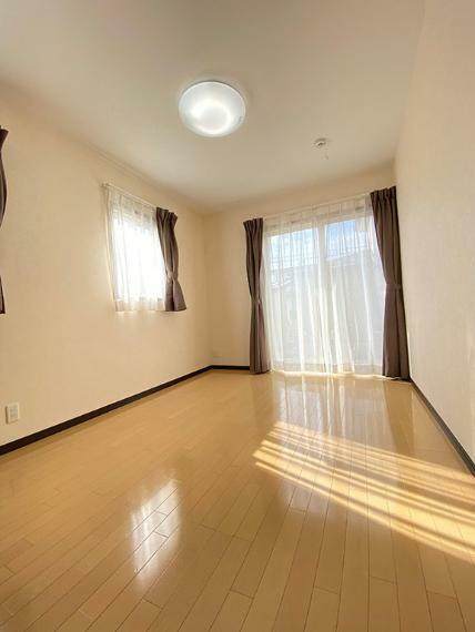 洋室 陽当たりの良い室内空間・6帖洋室
