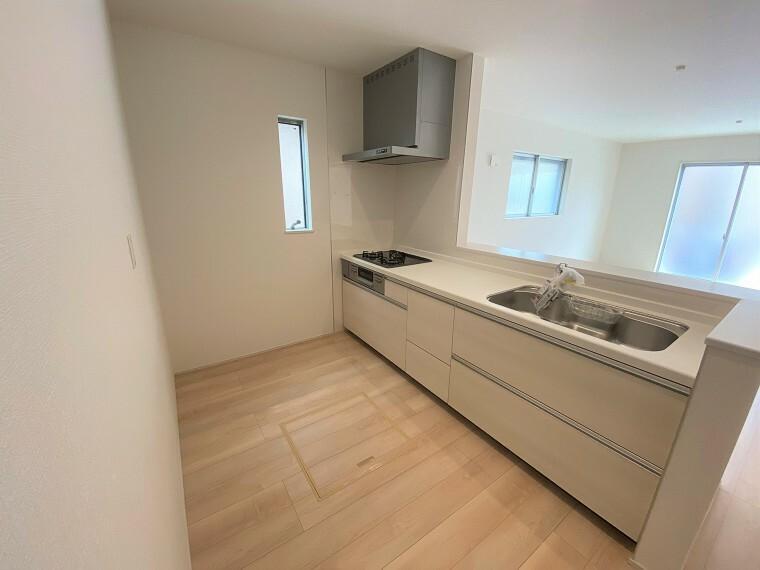 キッチン カウンターキッチンは収納も充実。キッチン裏にはパントリーもあり、奥様も嬉しい空間。